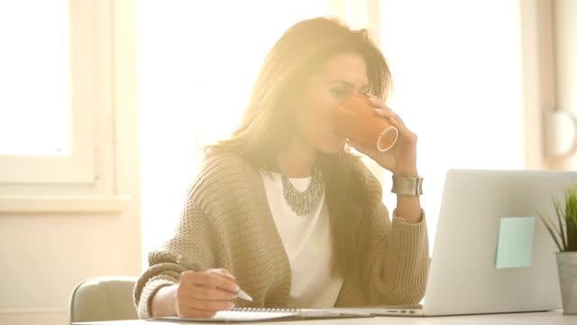 kaffee für konzentration  - arbeitszimmer stock-videos und b-roll-filmmaterial