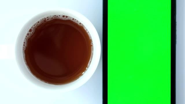 vídeos de stock, filmes e b-roll de boneca de telefone café verde tela em branco - loja de produtos eletrônicos