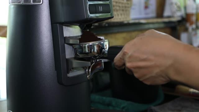 コーヒー研削 - 挽く点の映像素材/bロール