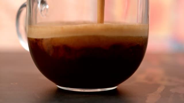 Koffie in glazen beker