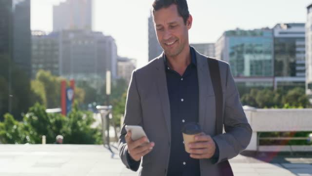 kaffe i ena handen och förtroendet för de andra - ansvarsfullt företagande bildbanksvideor och videomaterial från bakom kulisserna