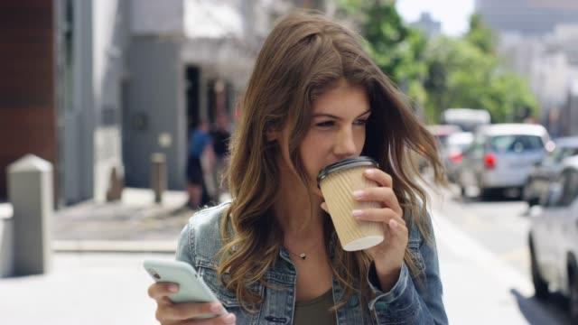 片手でコーヒー, 他の接続 - 使い捨てコップ点の映像素材/bロール