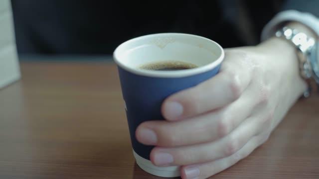 vídeos de stock, filmes e b-roll de coffee in train - copo descartável
