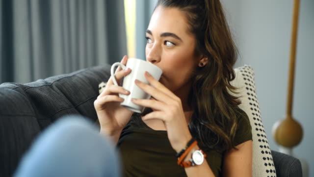 コーヒーは私が必要とする唯一の仲間です - カップ点の映像素材/bロール
