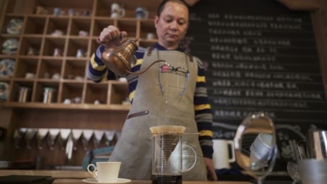 vídeos de stock, filmes e b-roll de laboratório de café - só um homem maduro