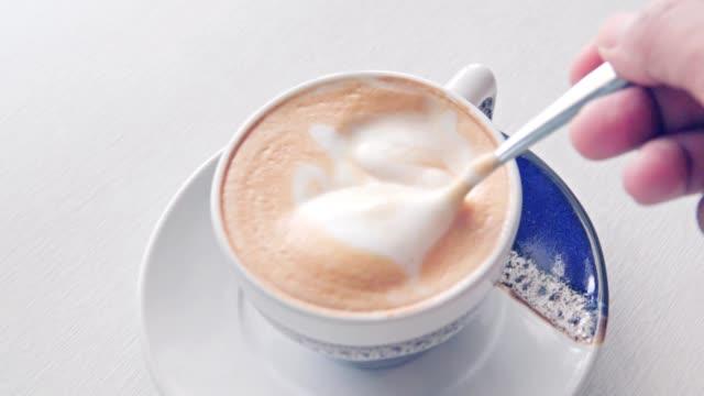 vídeos de stock e filmes b-roll de coffee latte art at coffee cafe - café bebida