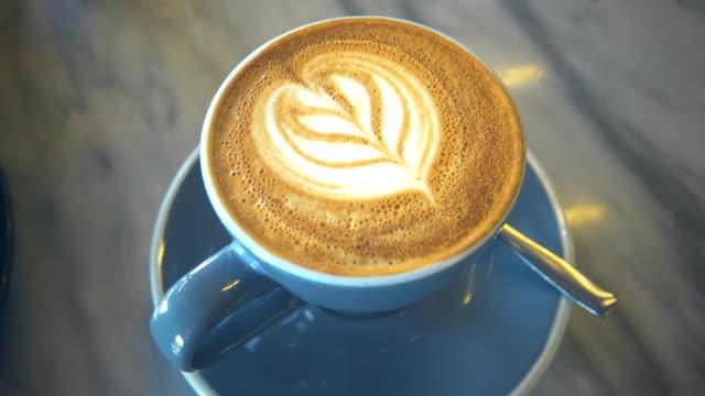 コーヒーラテアート。 - モカ点の映像素材/bロール