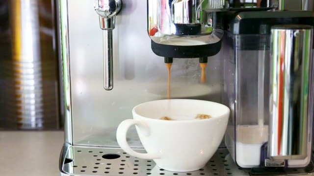 新鮮なコーヒーを醸造コーヒー マシン - モカ点の映像素材/bロール