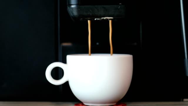 kaffeemaschine braut heißen frischen kaffee. - eingießen stock-videos und b-roll-filmmaterial
