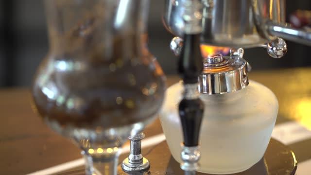 kaffeemaschine kaffee machen bei der messung von glas - ausgusstülle stock-videos und b-roll-filmmaterial