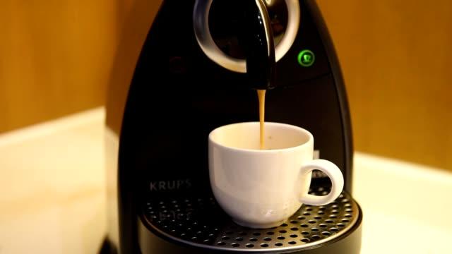 stockvideo's en b-roll-footage met koffiezetapparaat - koffie drank