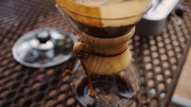 vidéos et rushes de machine à café en camping - table de pique nique