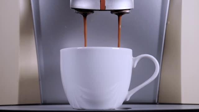 白いカップでコーヒーのコーヒー メーカー。 - モカ点の映像素材/bロール