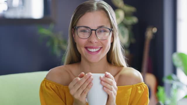 vídeos de stock e filmes b-roll de coffee melts all your worries away - chávena