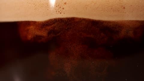 kaffeemischung mit milch. super slow motion. - kaffee stock-videos und b-roll-filmmaterial