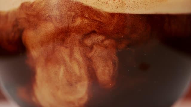 vídeos de stock, filmes e b-roll de café que mistura com leite. super slow motion. - líquido