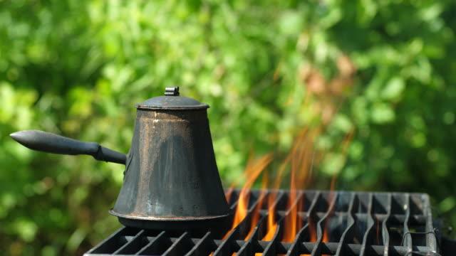 kaffekanna matlagning över öppen eld - sn�� bildbanksvideor och videomaterial från bakom kulisserna