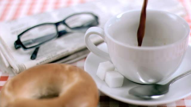 stockvideo's en b-roll-footage met coffee poured in super slow motion - tafelkleed