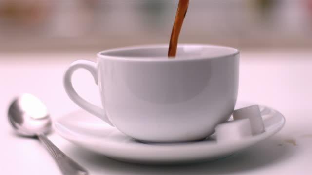 vídeos y material grabado en eventos de stock de coffee pouring into coffee cup - taza