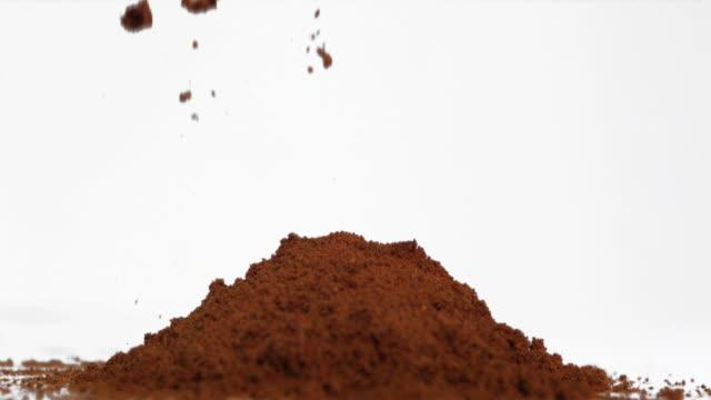 vídeos y material grabado en eventos de stock de coffee powder falling in super slow motion - grano de café tostado