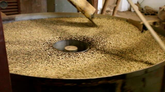 coffee processing and roasting - 平豆点の映像素材/bロール