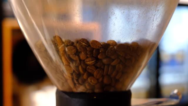 vídeos y material grabado en eventos de stock de lote de frijoles para tostador de café - rotar