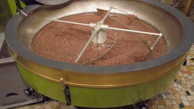 kaffeeröster kühlung batch von bohnen - stahlfass stock-videos und b-roll-filmmaterial