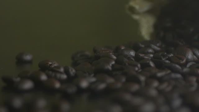 サックのコーヒー種子が注ぐ - bean点の映像素材/bロール