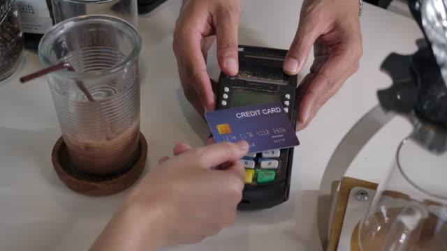 vídeos y material grabado en eventos de stock de cafetería es una pequeña tienda de negocios. servicio de aceptación de tarjeta de crédito con un golpe electrónico con tarjeta - pago por móvil