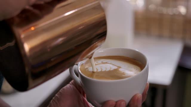vídeos y material grabado en eventos de stock de propietario de la cafetería small business está haciendo café con una cafetera en su tienda. - emoción positiva