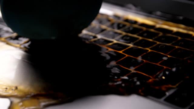 vídeos y material grabado en eventos de stock de café derramado en el teclado de la computadora portátil - derramar actividad