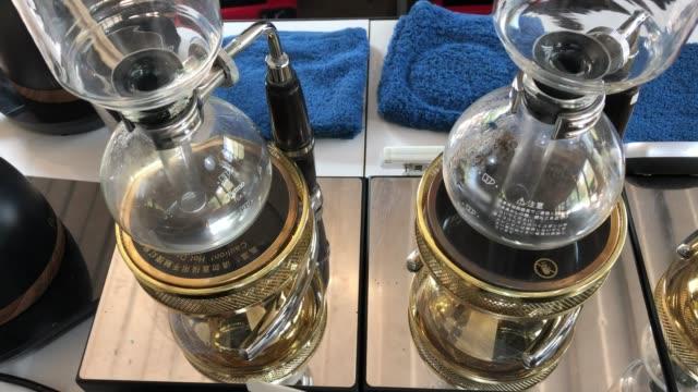 vídeos de stock e filmes b-roll de coffee syphon pots at coffee cafe. - copo vazio