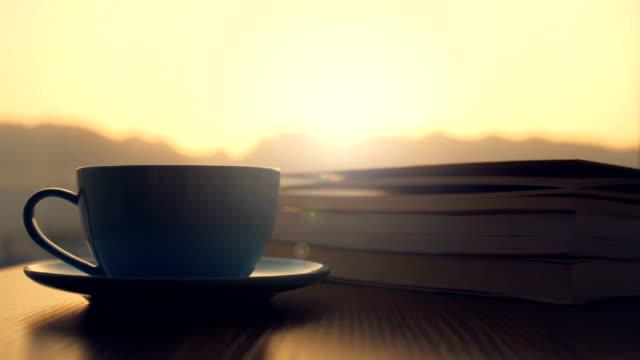 vidéos et rushes de temps de café avec le livre - brightly lit