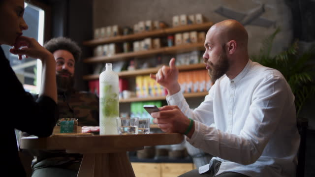 coffee time with friends - peluria del viso video stock e b–roll