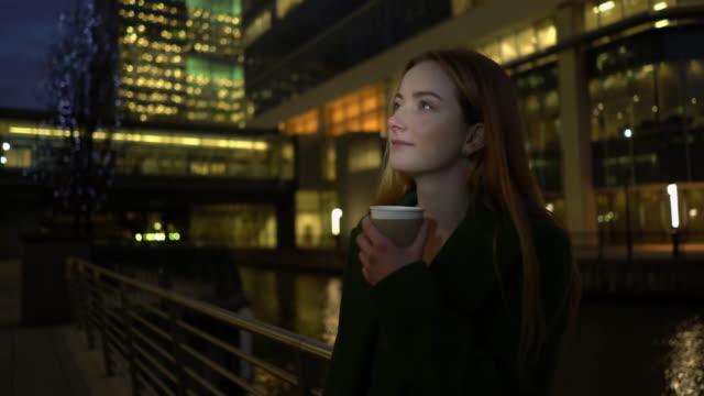 コーヒーを、夜には、市内ます。 - 金髪点の映像素材/bロール