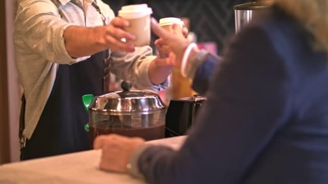 vídeos de stock, filmes e b-roll de café para ir  - barista