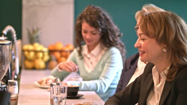 kaffee mit liebe kolleginnen und kollegen - gast stock-videos und b-roll-filmmaterial
