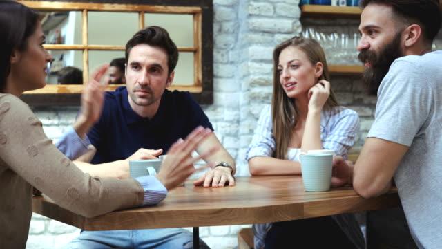 vídeos de stock, filmes e b-roll de café com amigos - sentando