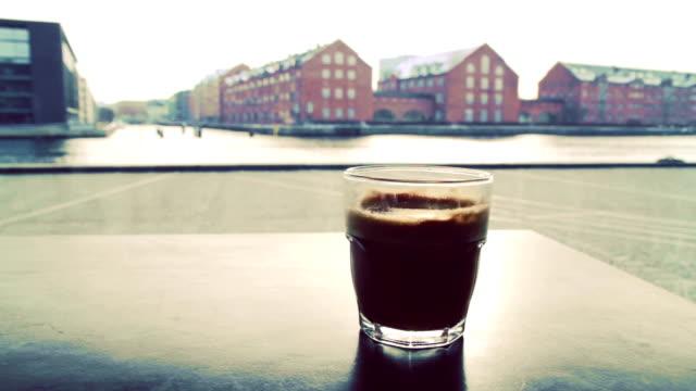 vídeos y material grabado en eventos de stock de café con vista al mar - oresund escandinavia