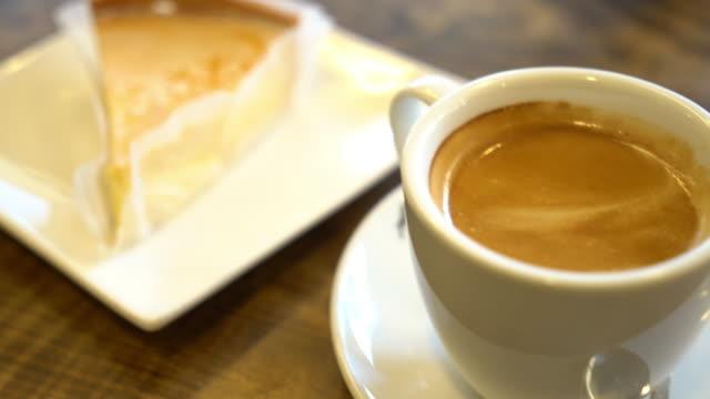 コーヒー、ケーキ - 女性選手点の映像素材/bロール