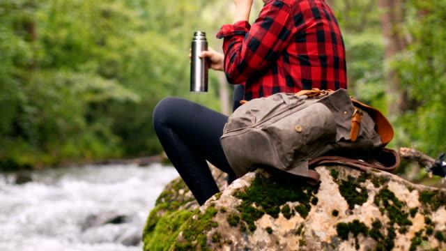 vídeos y material grabado en eventos de stock de coffee-break en la naturaleza - leñador