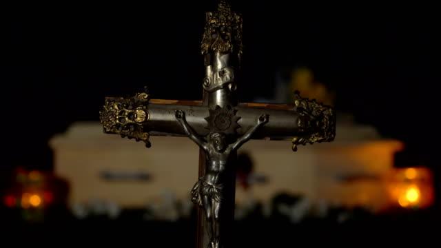 sarg und religiöses kreuz - rack focus - kreuzbein stock-videos und b-roll-filmmaterial