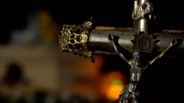 sarg und religiöses kreuz - kreuzbein stock-videos und b-roll-filmmaterial