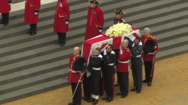 coffin arrives at st paul's cathedral baroness thatcher funeral - st paul's cathedral high at st paul's cathedral on april 17, 2013 in london, england - ボブ・マーリー点の映像素材/bロール