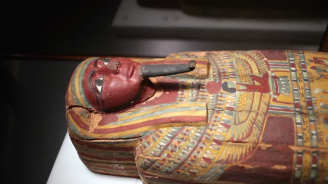 a coffin from egypt is displayed at the field museum on march 13 2018 in chicago illinois the artifact is part of the new mummies exhibit which opens... - mumifierad bildbanksvideor och videomaterial från bakom kulisserna