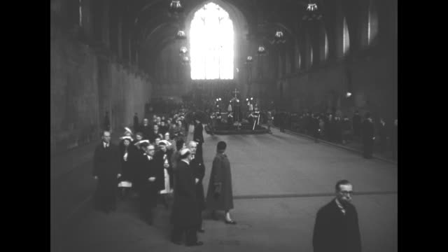 stockvideo's en b-roll-footage met coffin of king george vi lies in state at westminster hall as thousands of people pay homage to the king - opgebaard liggen