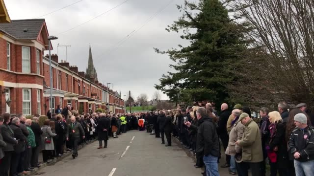 vídeos y material grabado en eventos de stock de coffin of mcguinness leaves house and begins procession to church. mr mcguiness' wife bernie helps carry the coffin as it makes its way along part of... - provincia de ulster