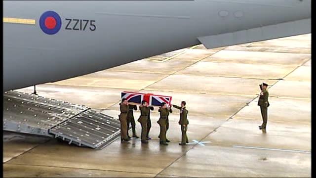 vidéos et rushes de coffin of rifleman luke farmer, 3rd battalion, the rifles, carried across runway from aircraft - infanterie