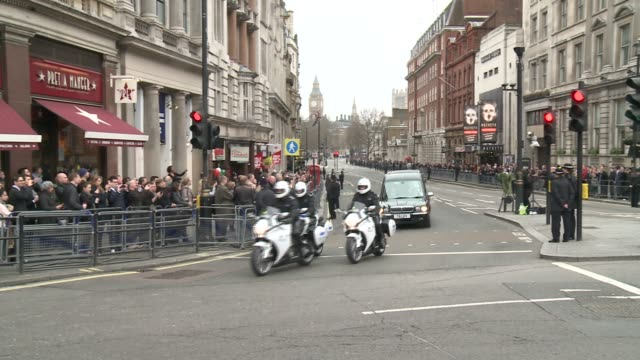 coffin passes trafalgar square baroness thatcher funeral - trafalgar square at trafalgar sq on april 17, 2013 in london, england - ボブ・マーリー点の映像素材/bロール