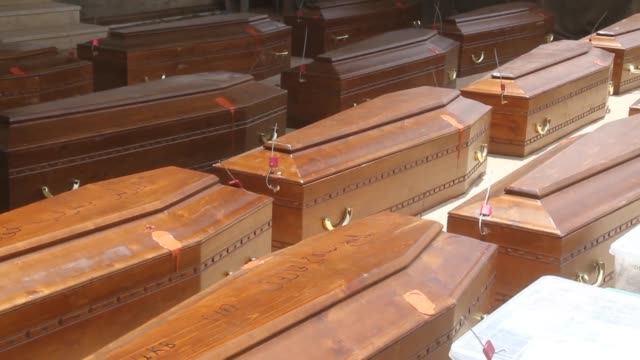 vídeos de stock e filmes b-roll de coffins containing the remains of 20 egyptian coptic christians beheaded by jihadists on the beach in sirte in 2015 are loaded onto a plane in... - decapitado
